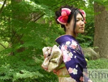 紫の振袖を着た女性