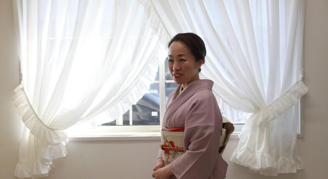 窓辺の着物姿の女性