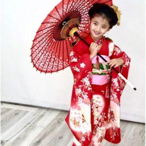 傘をさした赤い着物の女の子