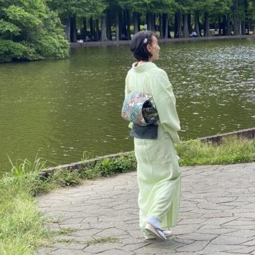緑色の絽の着物の女性